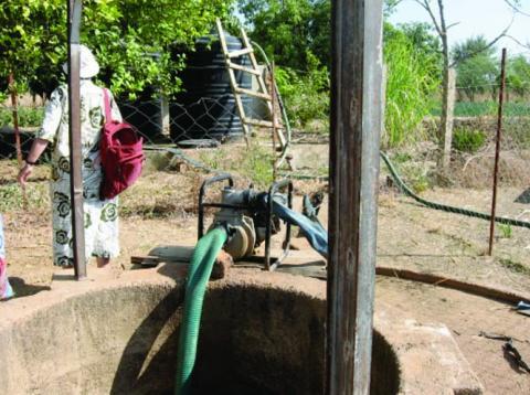 Au fond : nouveaux réservoirs remplis grâce à une pompe électrique et un forage  <br />A l'avant : groupe électrogène et puits initial (CPA Bougoudang) <br />